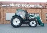 zielono bialy traktor przed magazynem czesci do maszyn rolniczych