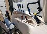 widok na prawy panel sterowania traktor maszyny rolnicze arbos 5115 wom podlokietnik wyjscia hydrauliczne