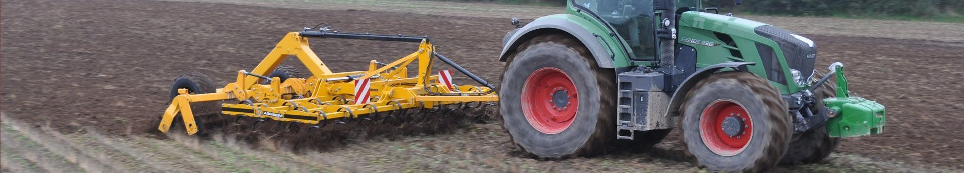 Żółty agregat agrisem vibromulch pracuje na polu z zielonym ciągnikiem Fendt korbanek.pl