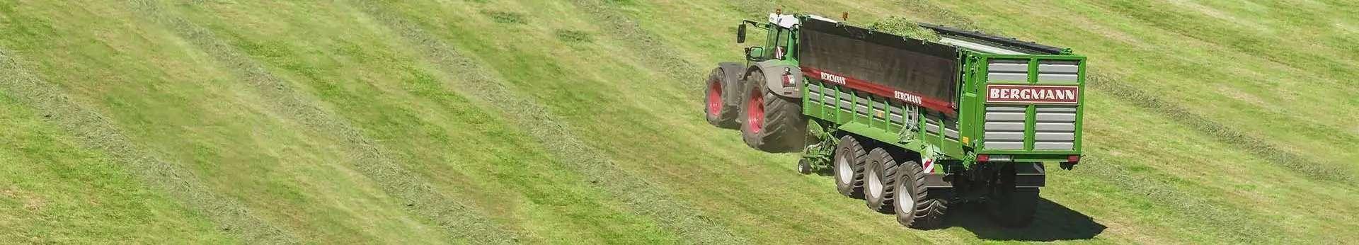 Widok pracującej na uzytku zielonym przyczepy samozbierajacej firmy Bergmann