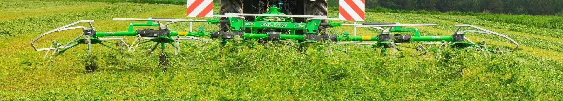 Przetrząsacz do trawy zawieszany typ P6 770 firmy Samasz przetrząsa łąkę korbanek.pl