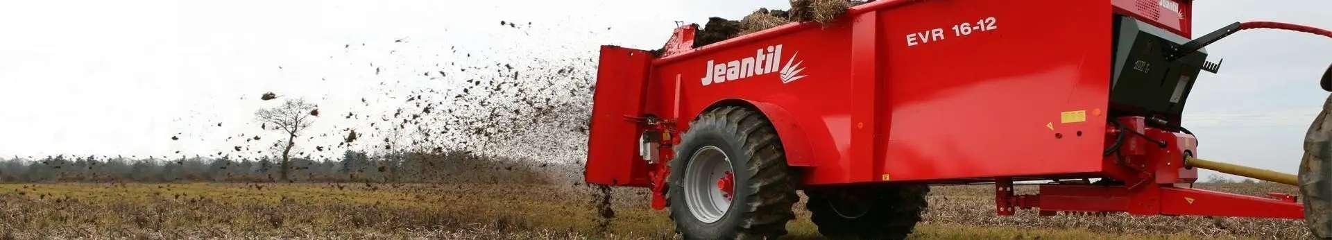 Slajder z pracujacym rozrzutnikiem jedoosiowym obornika firmy Jeantil