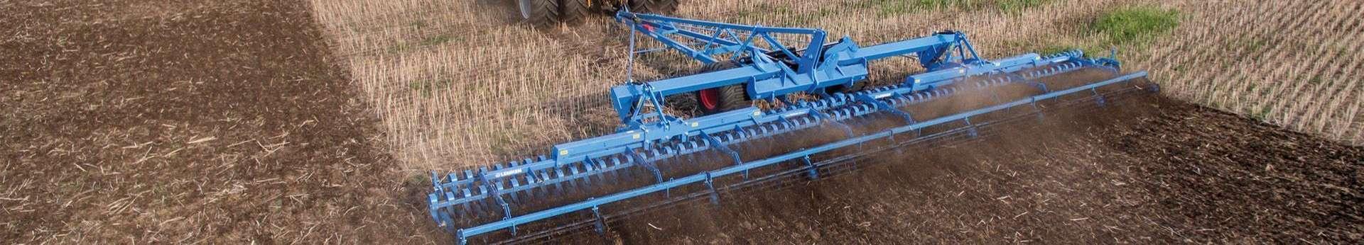 Agregat uprawowy lemken gigant cultivator podczas uprawy pola ścierniska Korbanek.pl