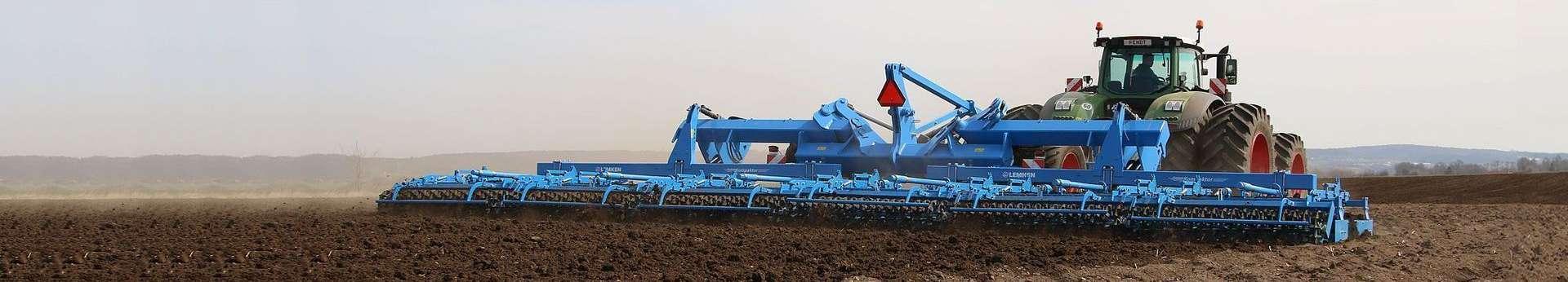 Agregat Kompaktor firmy lemken z ciągnikiem Fendt podczas uprawy pola pod siew Korbanek.pl
