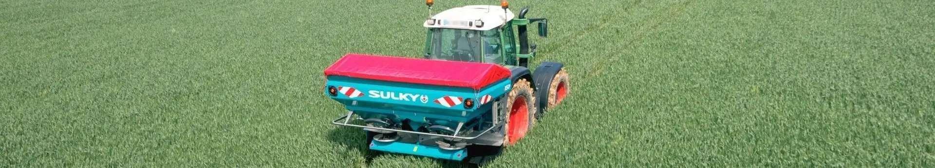 Rozsiewacz nawozó SULKY z ciągnikiem rolniczym