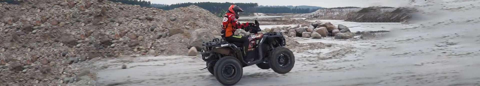 Quad jadący w wąwozie Polaris 1000 dostępny na stronie www.korbanek.pl