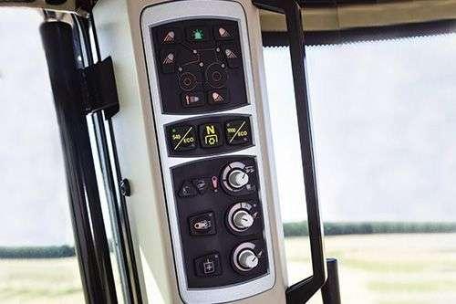 Mniej używane przyciski umieszczone są  na prawym słupku kabiny.