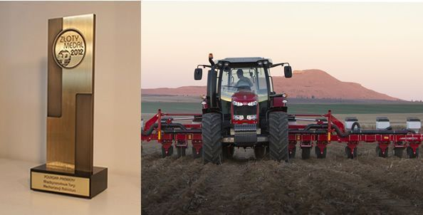 po prawej stronie nowy ciągnik rolniczy Massey Ferguson z agregatem po lewej statuetka złoty medal targi poznańskie 2012