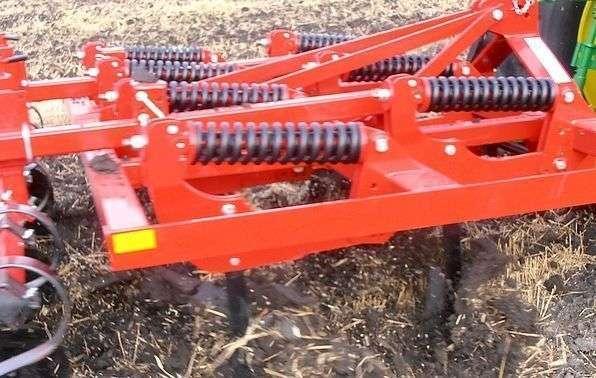 Ajax podorywkowy agregat w trakcie orania pola