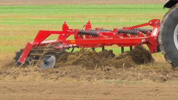 Agregat Podorywkowy Expom Ajax podczas uprawy pożniwnej gleby