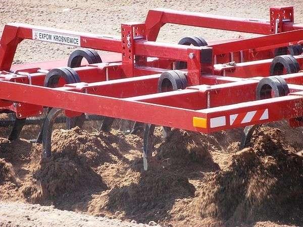 Agregat ścierniskowy Expom Grom obrabia glebą bezpośrednio po żniwach