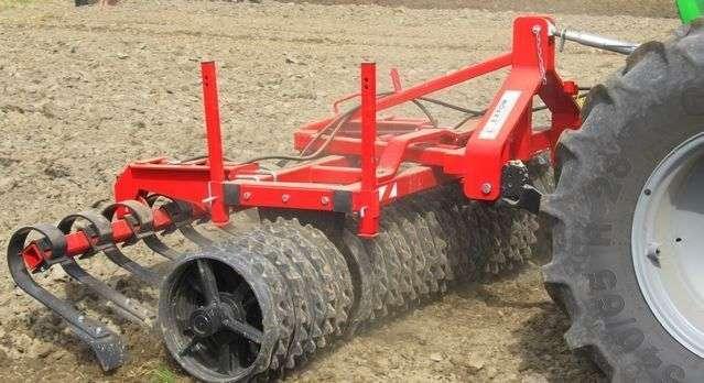 Wał uprawowy Uniwersal podczas wyrównywania gleby
