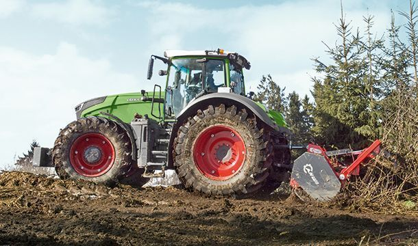 Ciągnik rolniczy Fendt 1000 Vario w pracy.