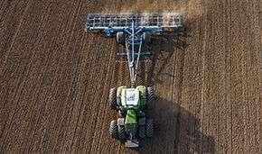 Ciągnik rolniczy Fendt 1000 Vario S4 podczas prac polowych.