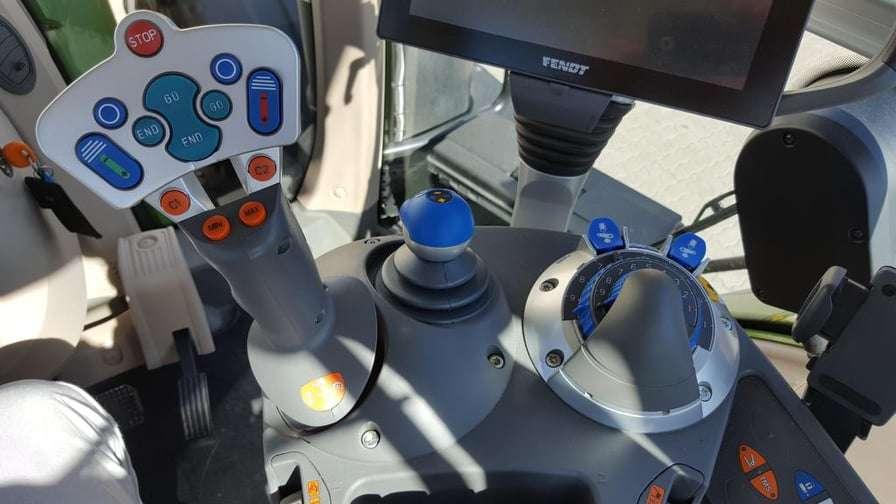 Ciągnik rolniczy Fendt 1000 Vario panel sterowania i joystick