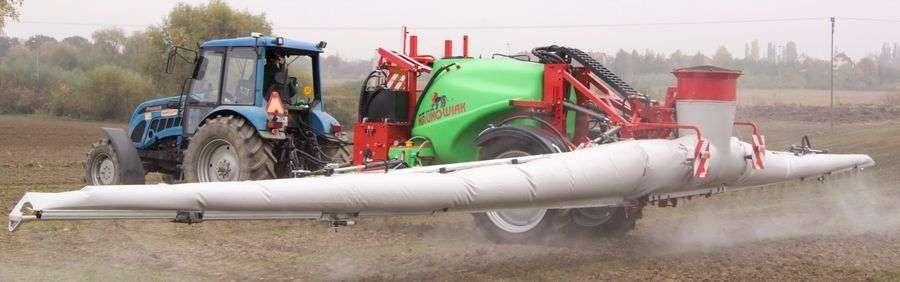 niebiseki ciągnik z opryskiwacze krukowiak goliat plus o pojemności 6000 litrów z belką PHR z pomocniczym strumieniem powietrza