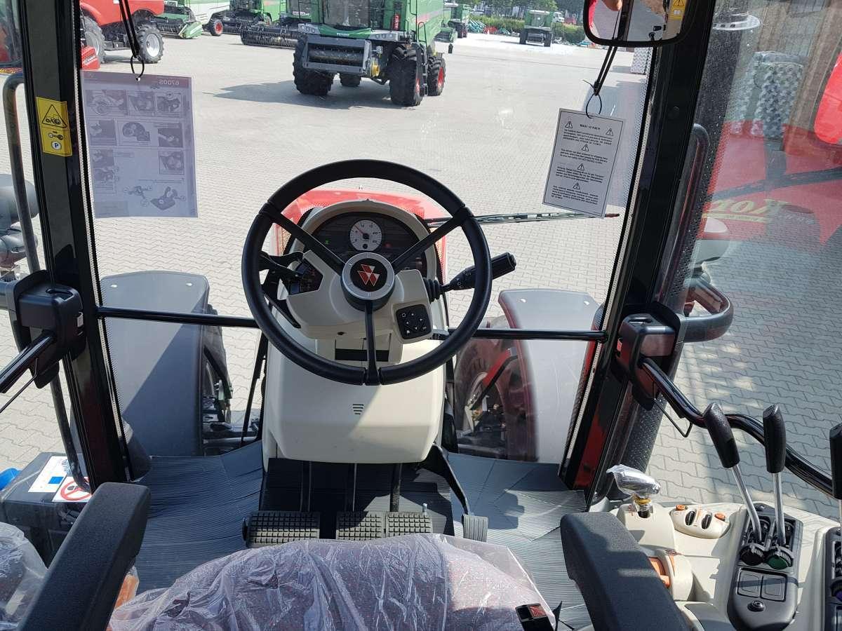 Ciągnik Massey Ferguson w trakcie transportu przyczepy rolniczej