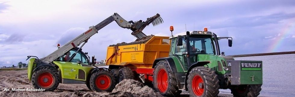 Zdjęcie przedstawiające przyczepę budowlana z firmy Metaltech PBN, zamontowana na ciągniku FENDT, który używany można kupić w korbanek.pl.