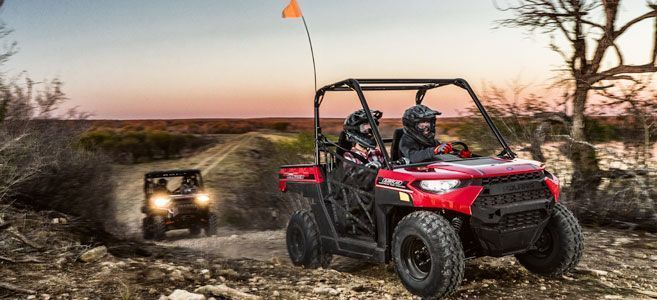 Polaris Ranger 150 kolor czerwony pasy bezpieczeństwa klatka ochronna dwóch kierowców w terenie