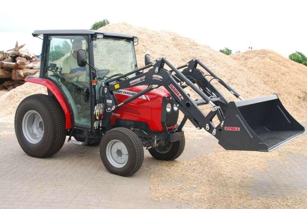 Do ciągników klasy Compact stosuje się Ładowacze STOLL CompactLine FC  ładowacz na czerwonym ciągniku Korbanek.pl