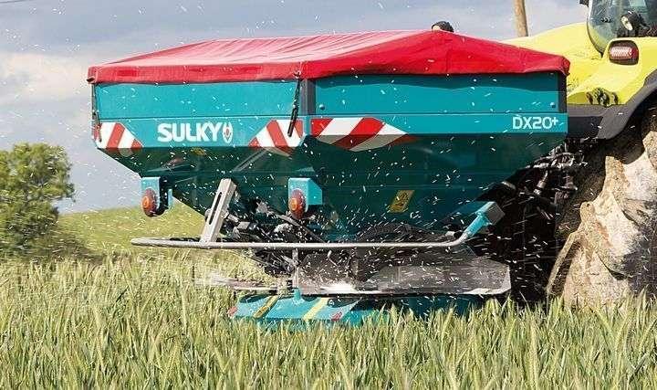 Rozsiewacz nawozów Sulky DX 20 Plus w czasie rozsiewu nawozu
