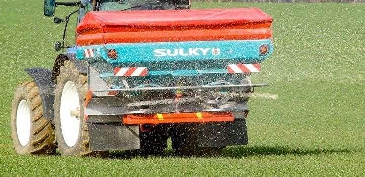Rozsiewacz nawozów Sulky X50+ Econov Isobus w czasie pracy na polu