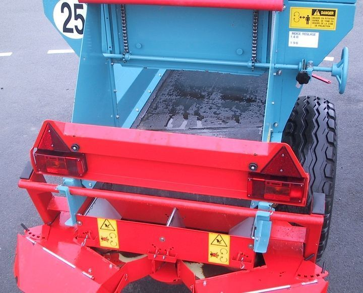 Podajnik taśmowy na dnie zbiornika transportuje materiał do zestawu rozsiewającego