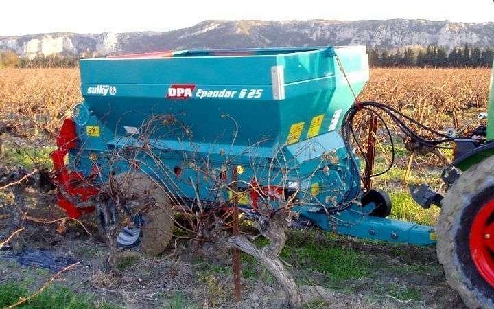 Mały rozsiewacz przyczepiany SULKY DPA EPANDOR S25 do sadów i winnic