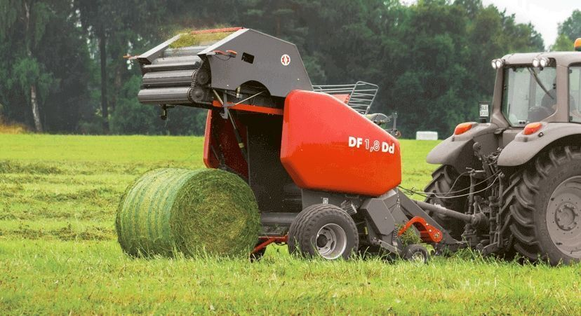Prasa DF 1,8 D z docinaczem pracująca w zielonce wyrzucająca spresowany balot na pole